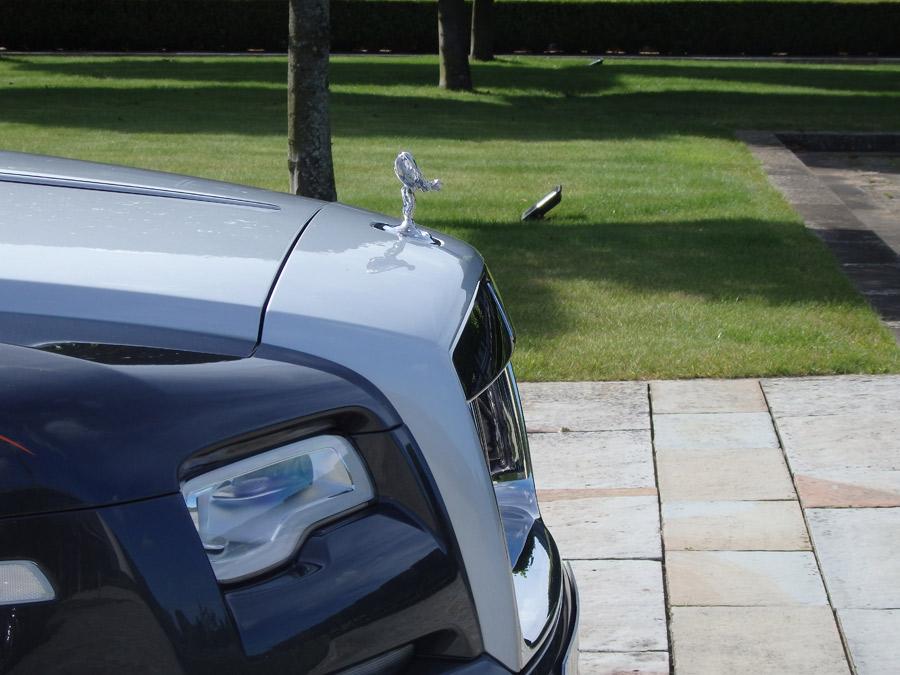 El Rolls Royce Dawn monta un motor V12 que cubica 6,6 litros.