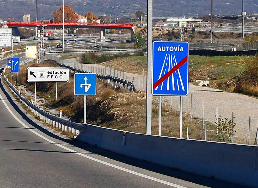 Tanto la autopista como la autovía están señalizadas como tales, en su comienzo y su fin.