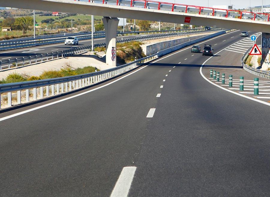 Una característica de estas vías son las curvas de amplio radio.