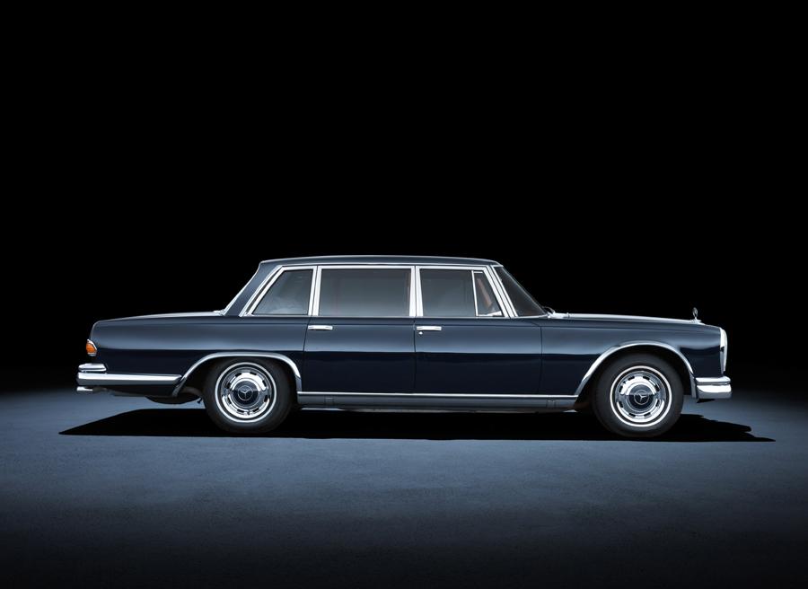 Atemporal coche berlina de la Clase S de Mercedes de 1963.