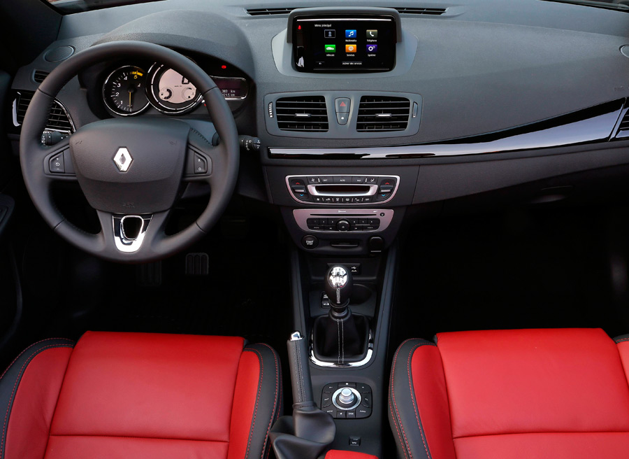 El interior del coche cabrio suele estar preparado para las circunstancias meteorológicas.