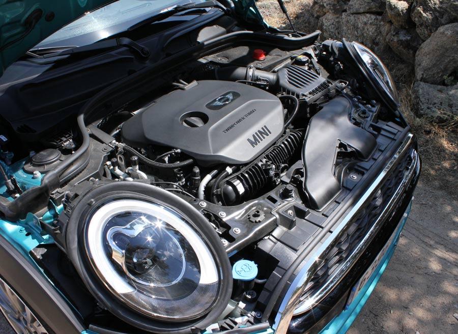 El motor, de gasolina con inyección directa, tiene 4 cilindros, 2 litros, turbo y entrega 192 CV de potencia máxima.