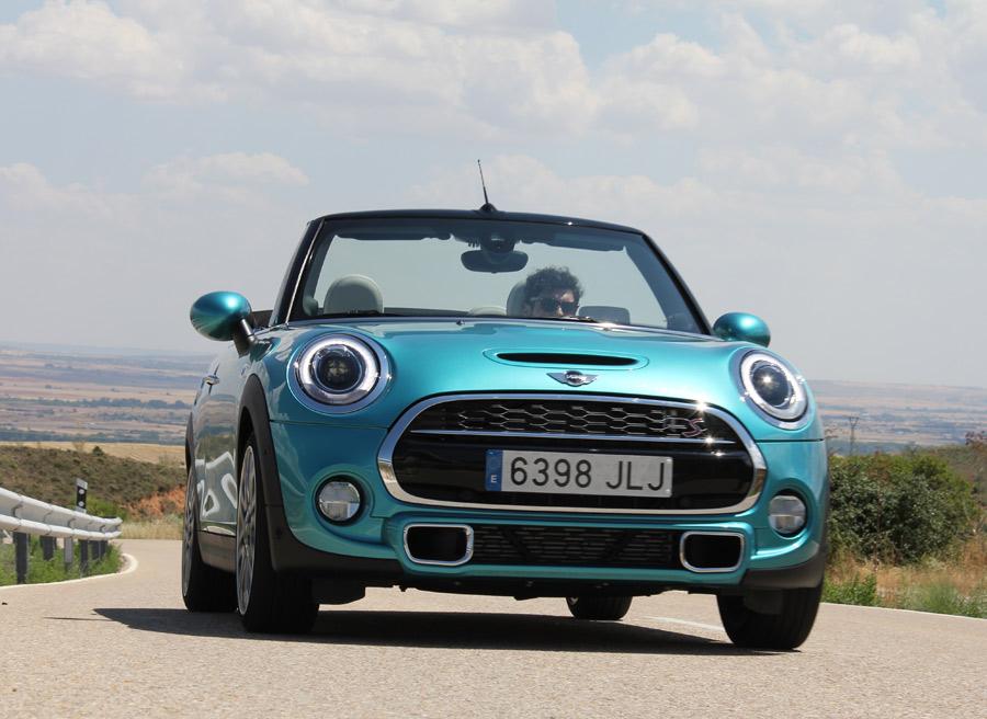 El motor permite elevadas prestaciones al Mini Cooper S Cabrio.