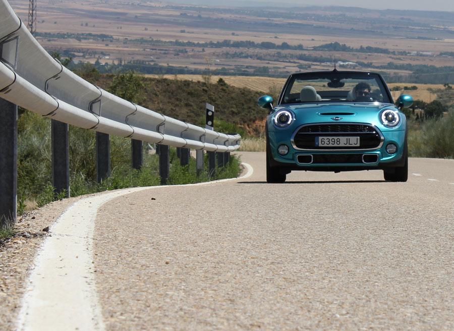 Circular desacapotado a velocidades legales con el Mini Cooper S Cabrio no supone problemas para los ocupantes.