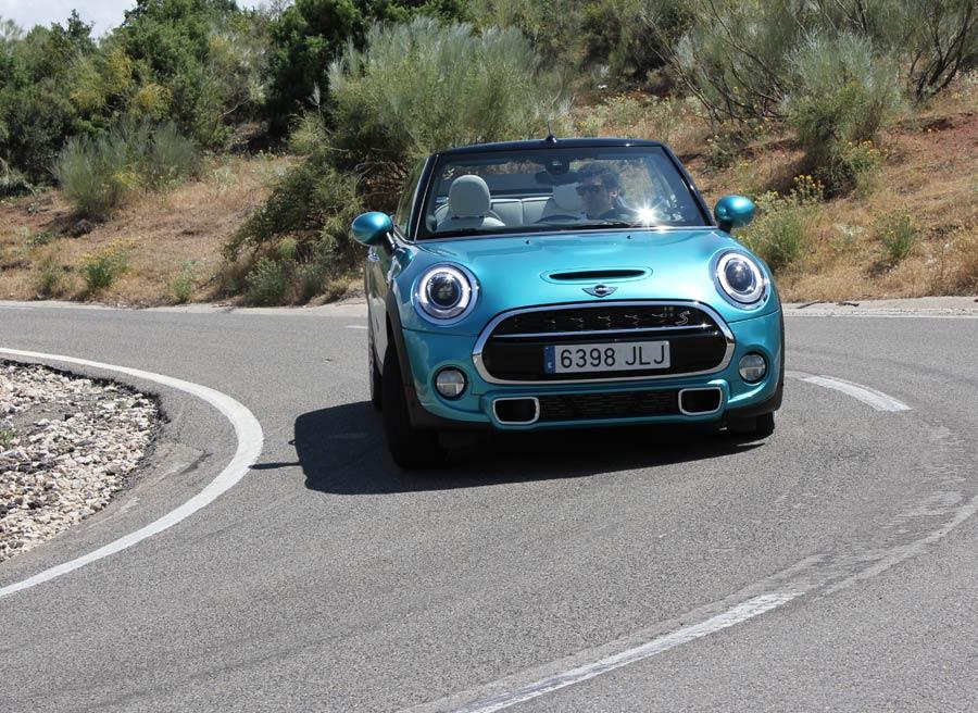 Los modos de conducción, opcionales, pueden hacer que el coche se comporte en curva de manera diferente.