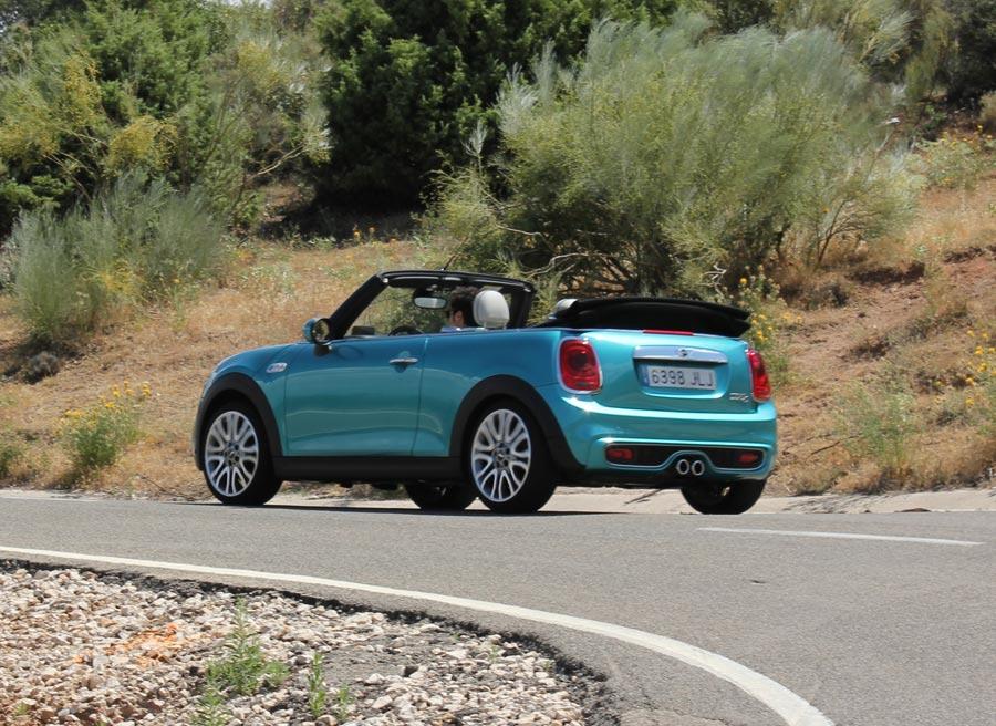 La carrocería del Mini Cabrio mantiene la linea de cintura recta de sus antepasados.