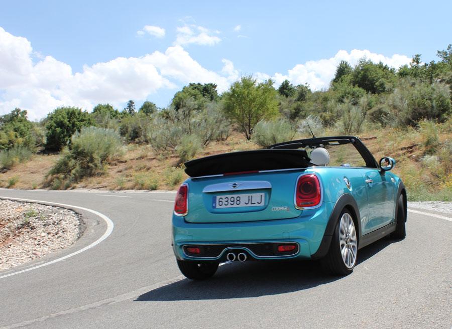 En control electrónico del diferencial ayuda al Mini Cooper S Cabrio a traicionar a la salida de las curvas.