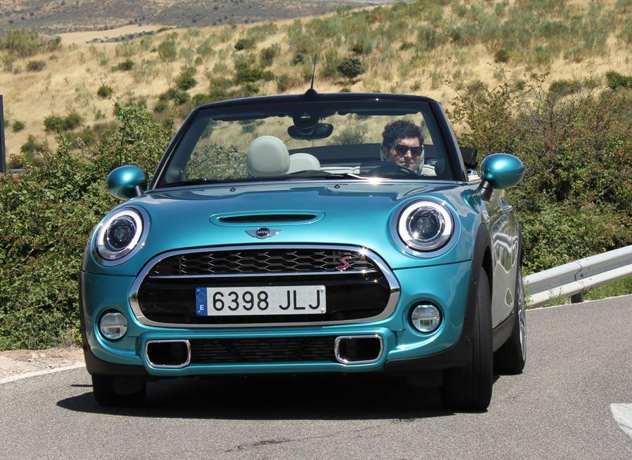 El Mini Cooper S Cabrio alcanza 230 km/h y acelera de 0 a 100 km/h en 7,2 segundos.