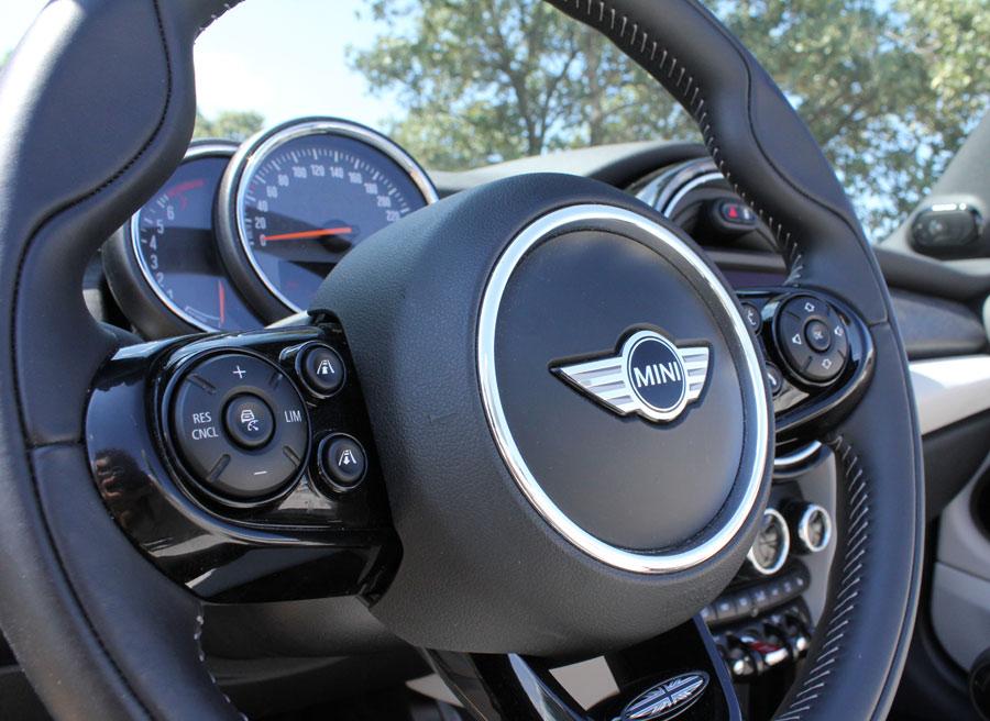 """Tras el volante están el reloj de la velocidad junto con el de las revoluciones. Además, podemos optar al """"Head-up Display""""."""