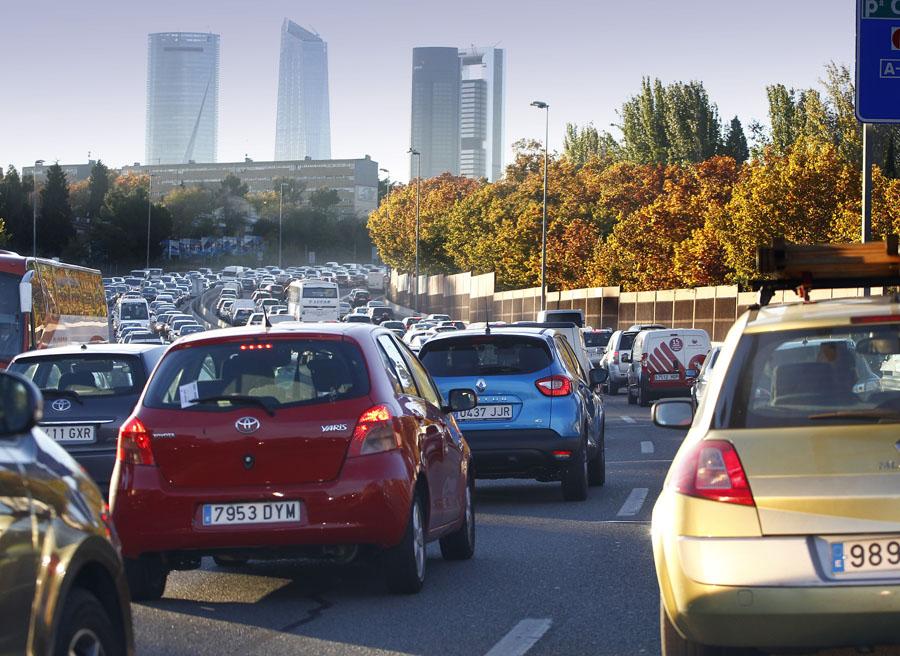 El tráfico masivo de las ciudades contamina en gran medida el aire que respiramos. Además las emisiones de CO2 son elevadísimas, ya quesolo una minoría de los vehículos son eléctricos.