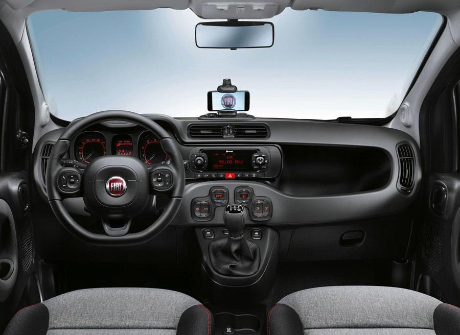 La versión Easy ofrece controles de radio y volante de cuero.
