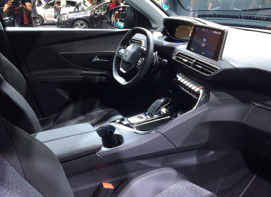 El interior lleva a nuevas cotas la idea del i-cockpit, con un volante de pequeñas dimensiones.