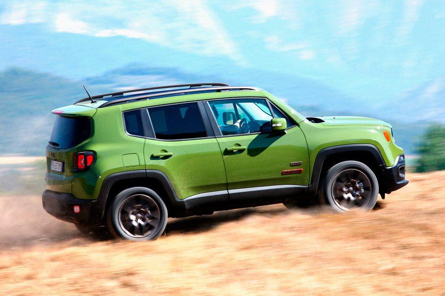 El Jeep Renegade 75 Aniversario destaca por su techo de fibra desmontable de serie.