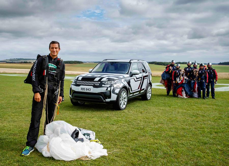 El nuevo Land Rover Discovery permite viajar a 7 adultos... aunque acaben de saltar de un avión...