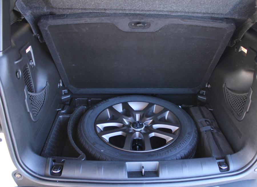 Bajo el plano de carga del maletero encontramos rueda de repuesto de tamaño normal.