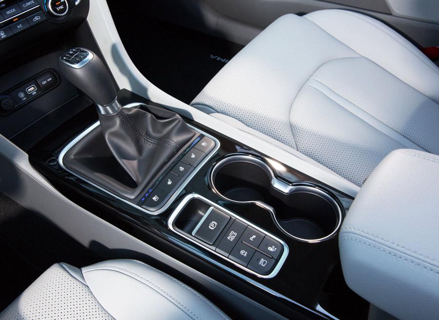 Entre los asientos, encontramos dos posavasos. El cambio puede ser manual o automático con el motor diésel.