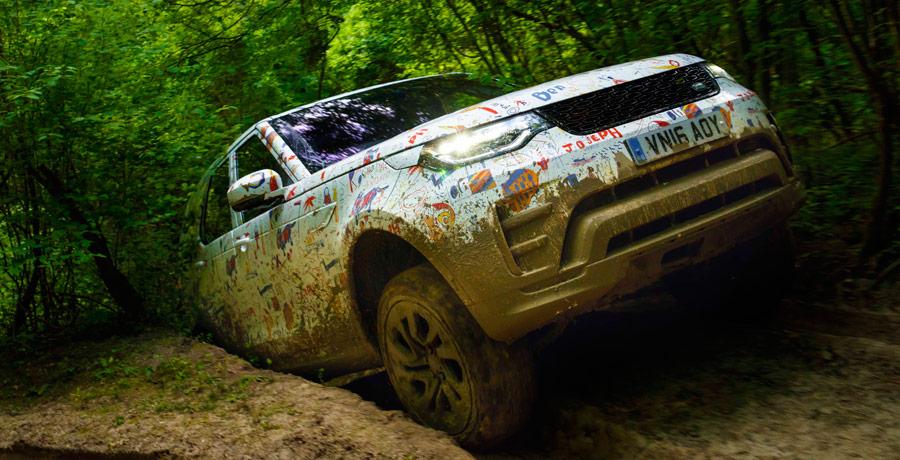Ocultan el Land Rover Discovery con dibujos de niños