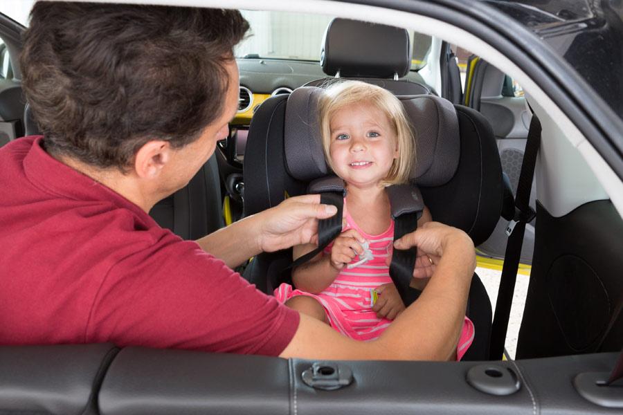 Es necesario asegurarse de que el niño viaja con los brazos por dentro de las cintas de sujeción.