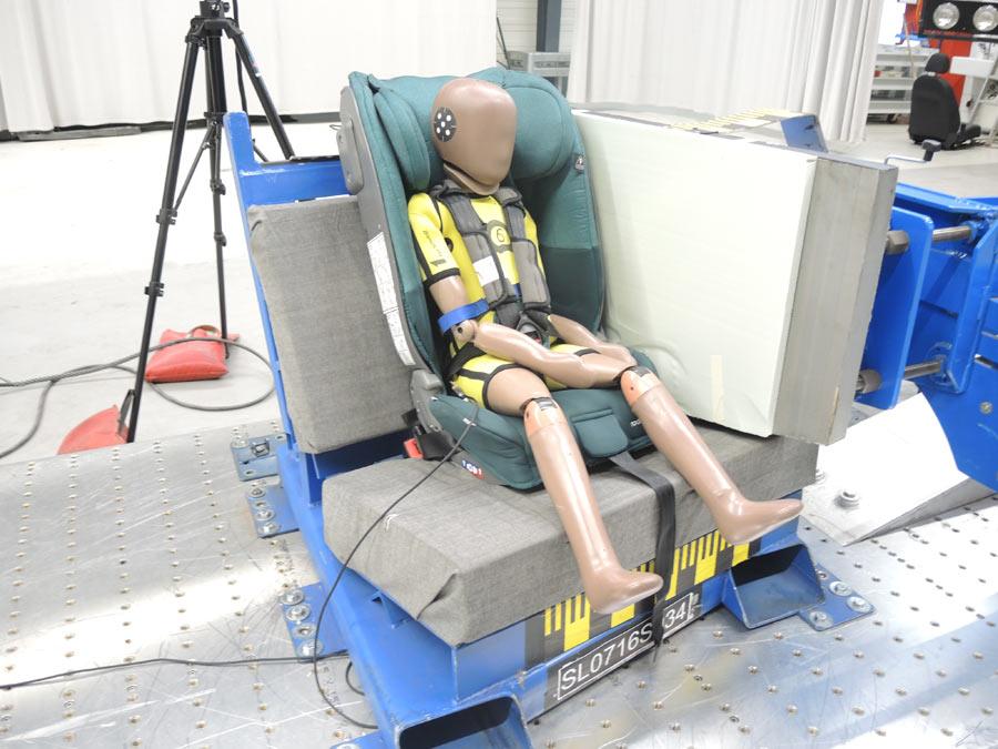 En esta imagen se puede observar cómo se realiza la prueba del impacto lateral, a 27 km/h.