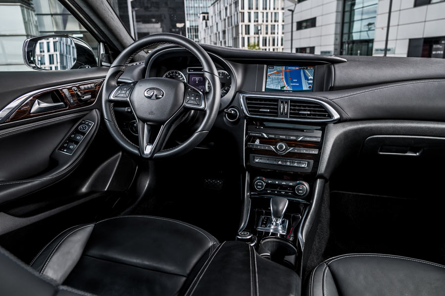 El interior del Infiniti QX30 destaca por la calidad de los materiales y el buen ajuste de las dsitintas piezas.
