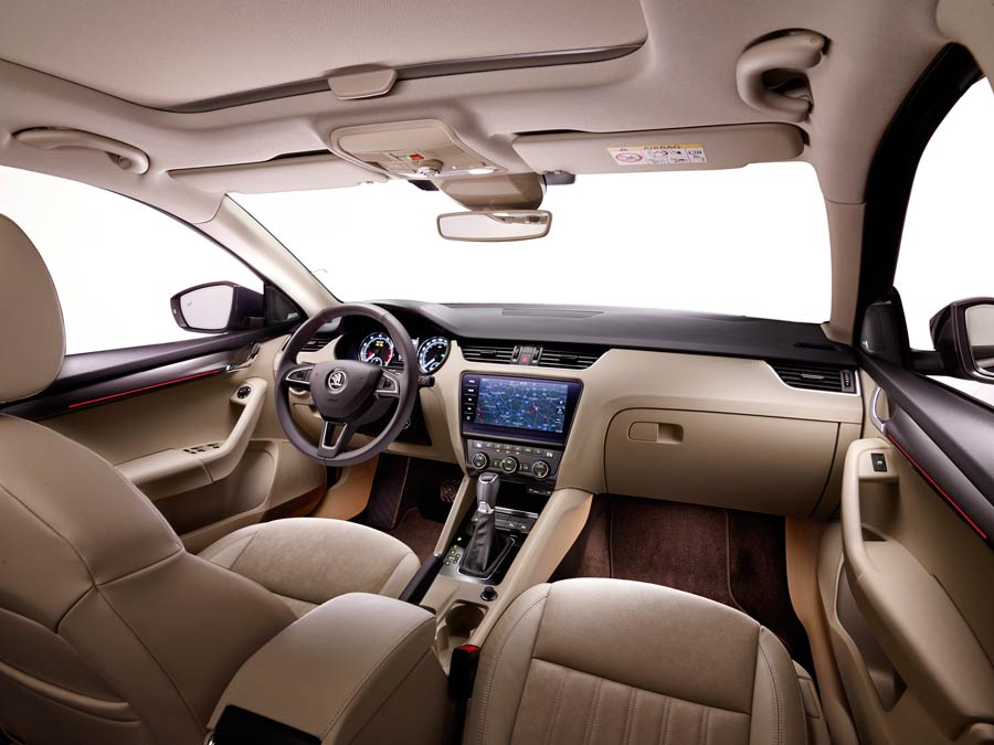 El interior del Octavia 2017 ha renovado materiales y colores.