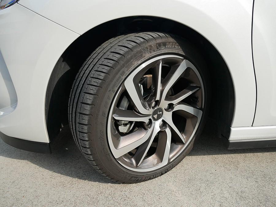 La medida de los neumáticos es razonable para su nivel de prestaciones.