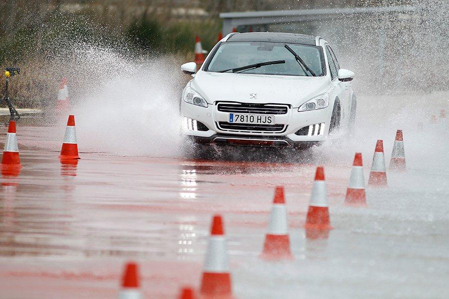 Lo mejor para evitar el aquaplaning es circular a una velocidad prudente cuando llueve.