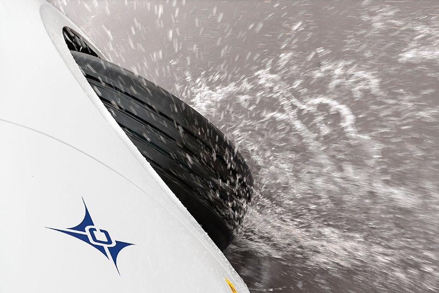 Mantener la calma y sujetar firmemente el volante es lo único que podemos hacer frente al aquaplaning.
