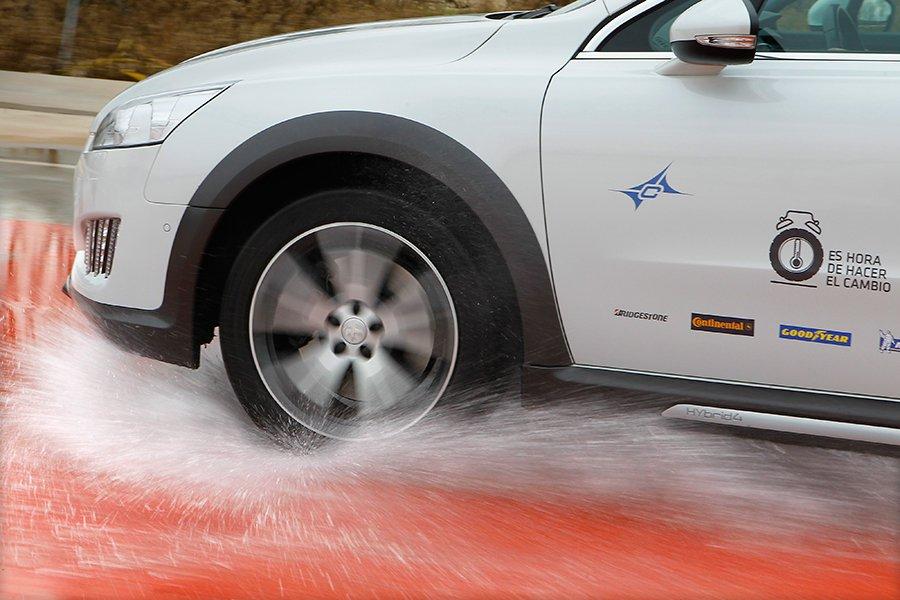 El aquaplaning impide que podamos dirigir, frenar o acelerar, el coche flota sobre el agua.