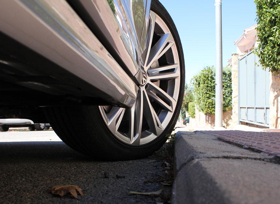 Cuanto más cerca del bordillo dejemos la rueda, mejor, menos recorrido tendrá.