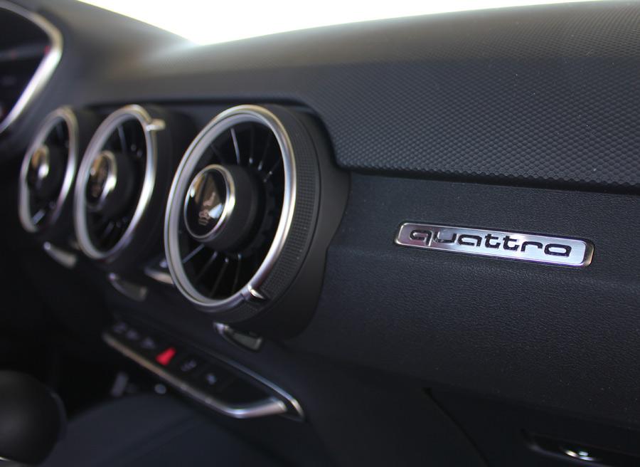 """La tracción a las cuatro ruedas """"quattro"""" es de serie. Las toreras de aireación tienen las funcionalidades integradas en el botón central."""