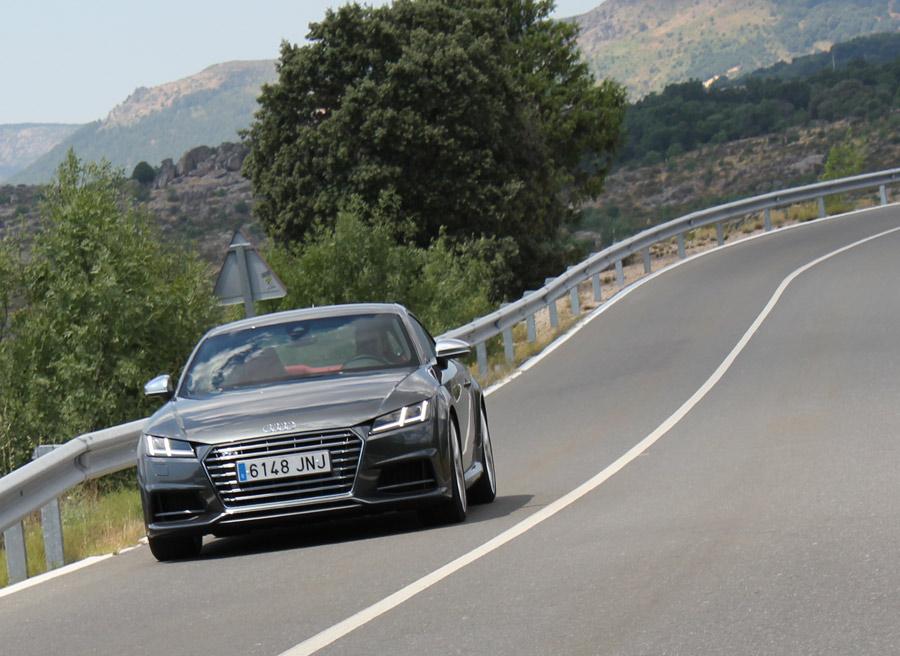 Una carretera de montaña es uno de los escenarios favoritos del Audi TTS.