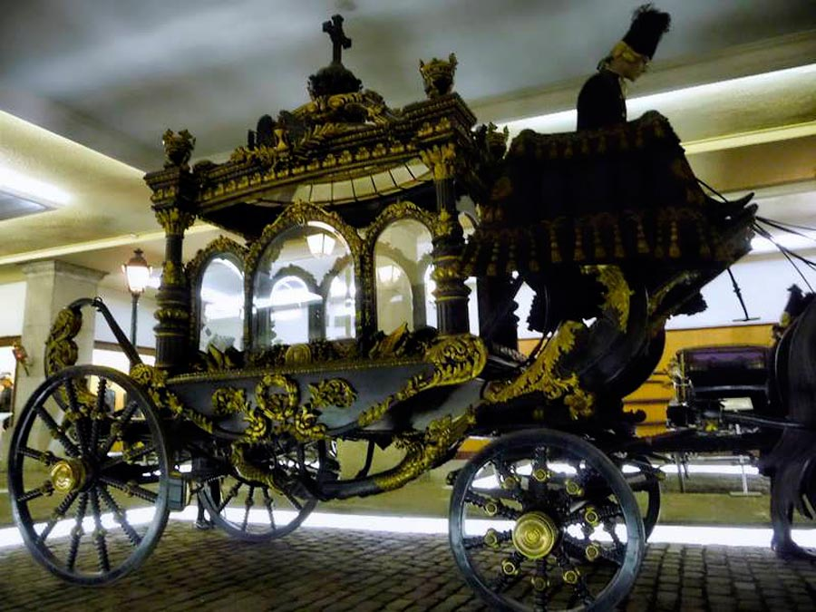 En el cementerio de la Almudena se encuentra un grupo de carrozas clásicas fúnebres.