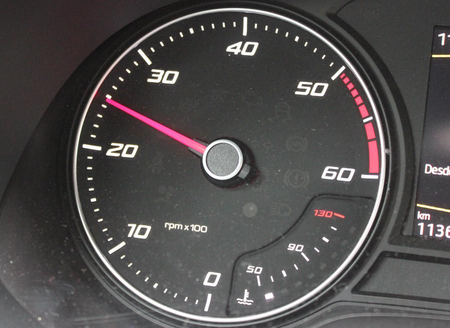 Cuando damos un golpe de gas, igualamos las revoluciones del motor con las de la marcha más corta que vamos a insertar.