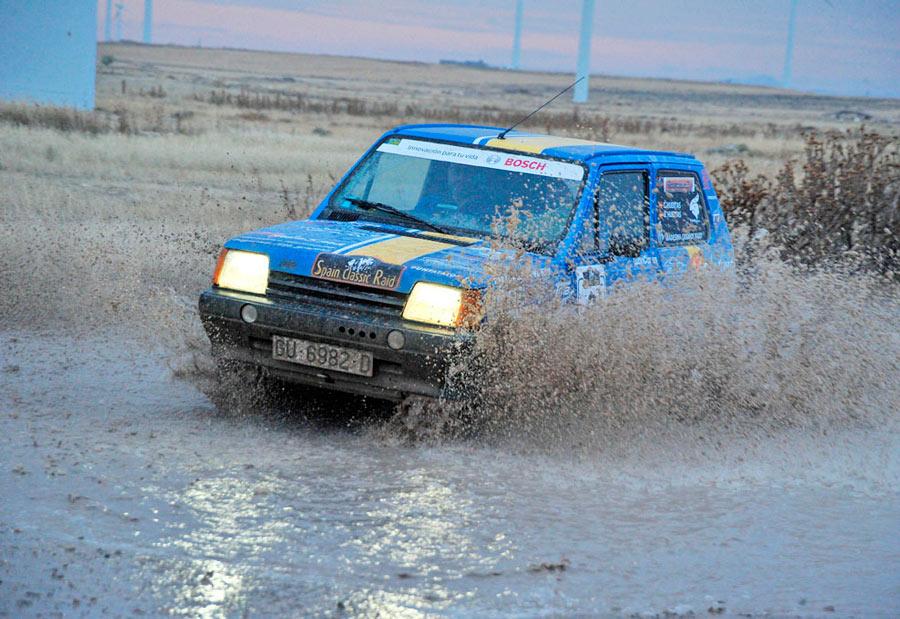 Si ha llovido, pasar por charcos y manchar el coche de barro es de l.as cosas que más haremos en el Spain classic Raid