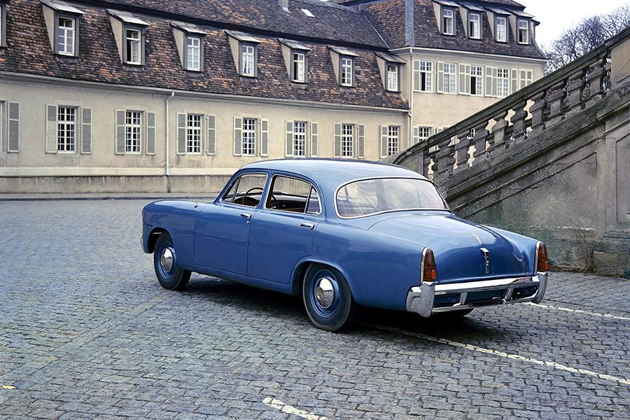 Así se veía el primer Porsche de 4 puertas, un proyecto encargado por Max Hoffman y Studebaker.