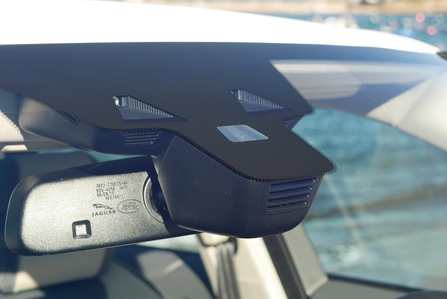 Los sensores de los asistentes de conducción se concentran principalmente tras el retrovisor.
