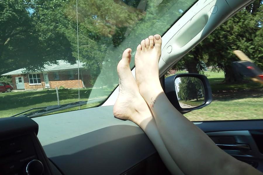 Viajar con los pies en el salpicadero: multas y lesiones
