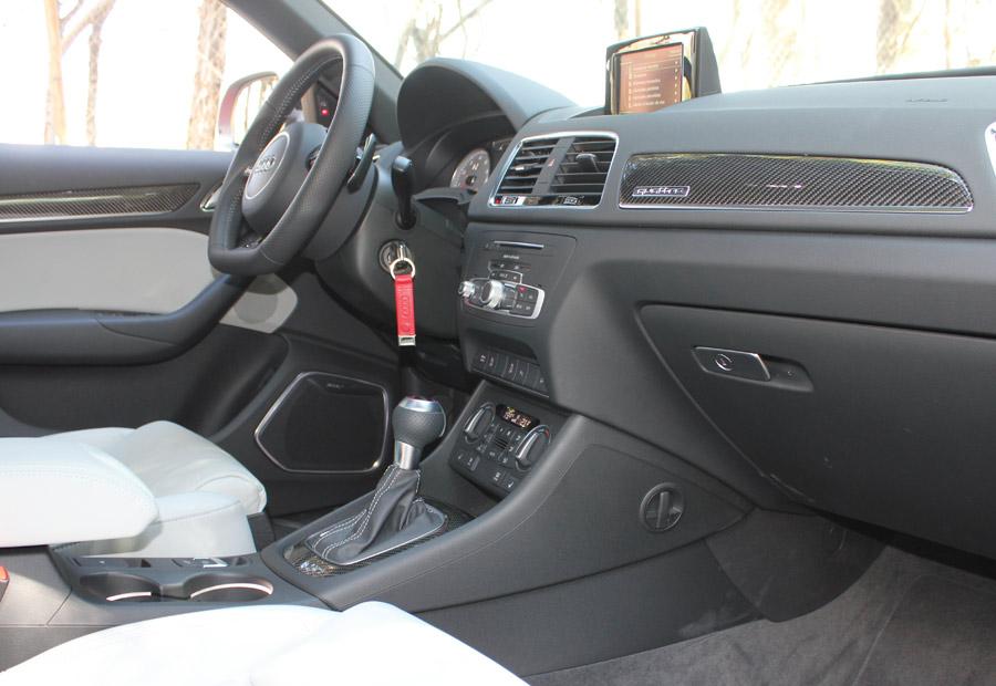 El interior del Audi RSQ3 tiene ambientación oscura con , por ejemplo, el techo forrado en negro.