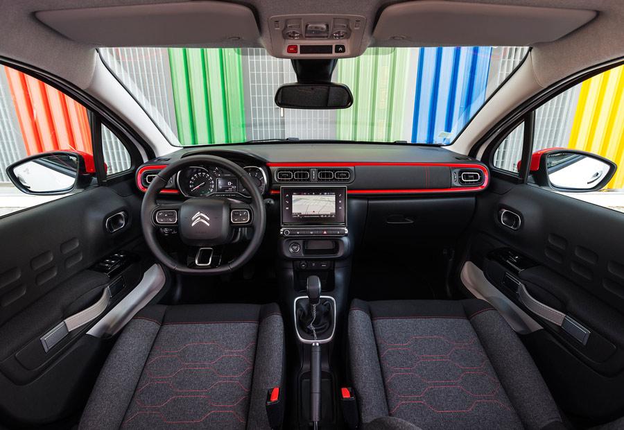 Las plazas delanteras del nuevo Citroën C3 nos han parecido amplias. El volante y asiento del conductor tienen múltiples regulaciones.
