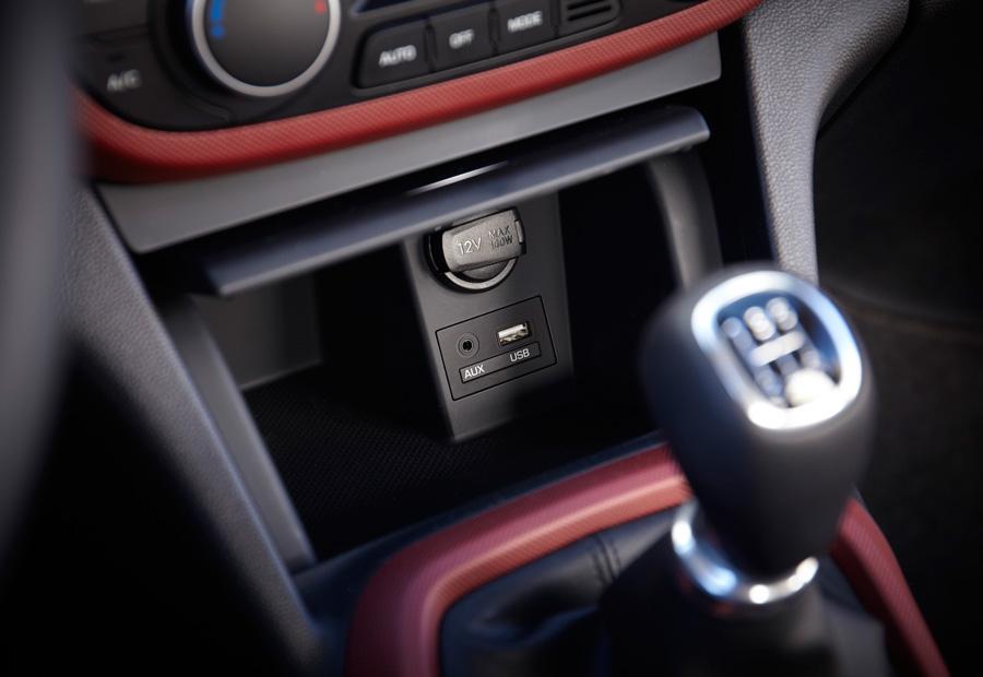 Podemos encontrar hasta dos tomas de corriente de 12 voltios en el habitáculo del nuevo Hyundai i10.