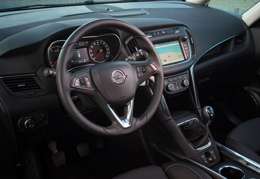 El salpicadero es nuevo en el Opel Zafira de 2017, encontramos menos botonería.
