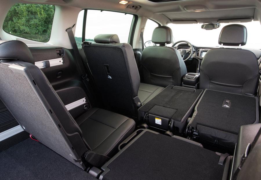"""El nuevo Opel Zafira, mantiene vigente el sistema portaobjetos """"Flexrail"""" por el que, mediante dos raíles de aluminio, ofrece espacios moludables para guardar objetos."""