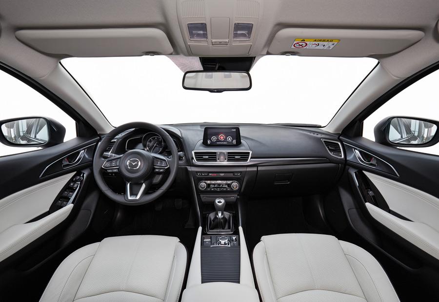 En el interior del nuevo Mazda 3 encontramos, por ejemplo, un nuevo volante ala opción de cuero en color blanco.