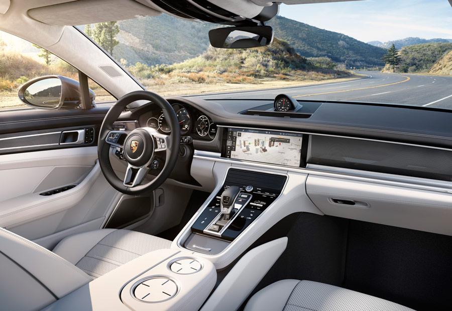En el salpicadero del nuevo Porsche Panamera encontramos una gran pantalla táctil para manejar funciones del coche.