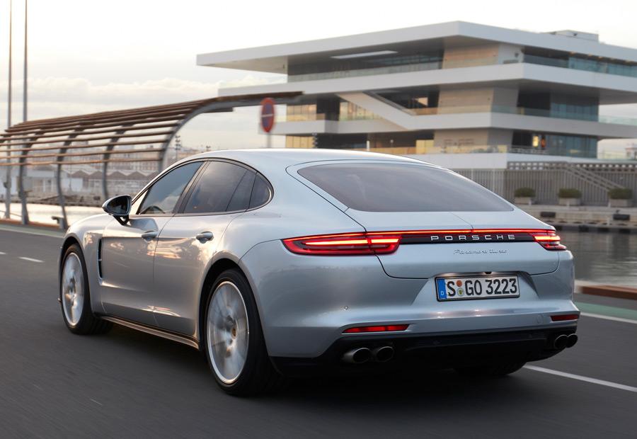 El nuevo Porsche Panamera puede contar con tracción a las 4 ruedas y tren trasero autodireccional.