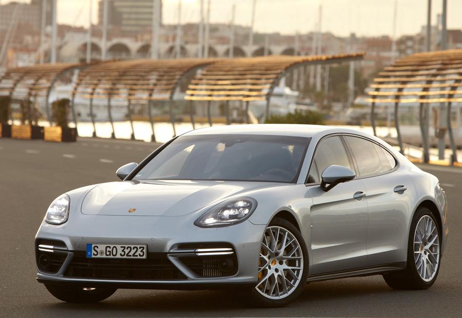 En el frontal del nuevo Porsche Panamera podemos encontrar faros Led matriciales.