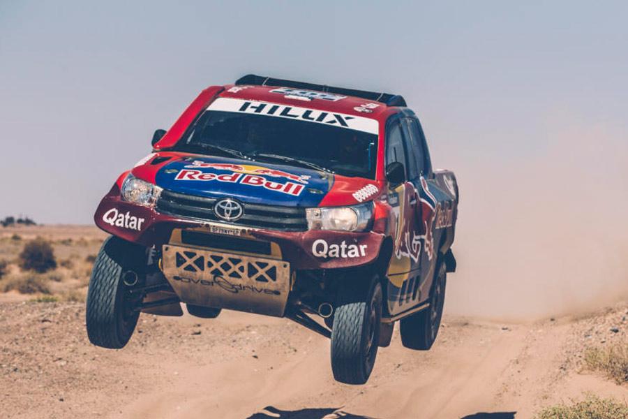 Nasser Al-Attiyah cambia el Mini por este Toyota Hilux con patrocinio de Catar.