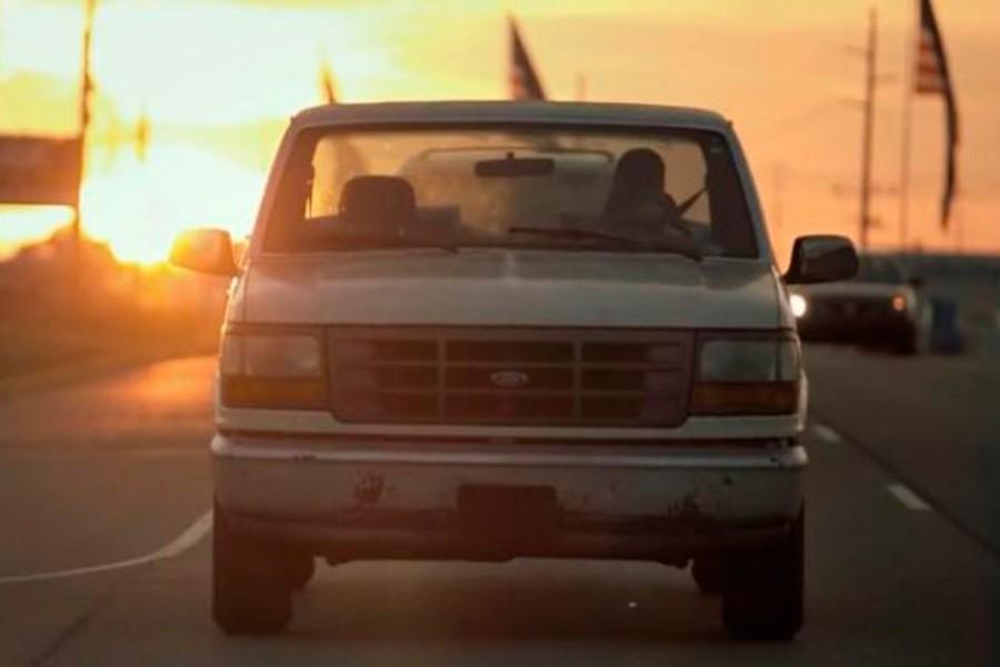 El Ford F150 tampoco puede faltar en una peli americana.
