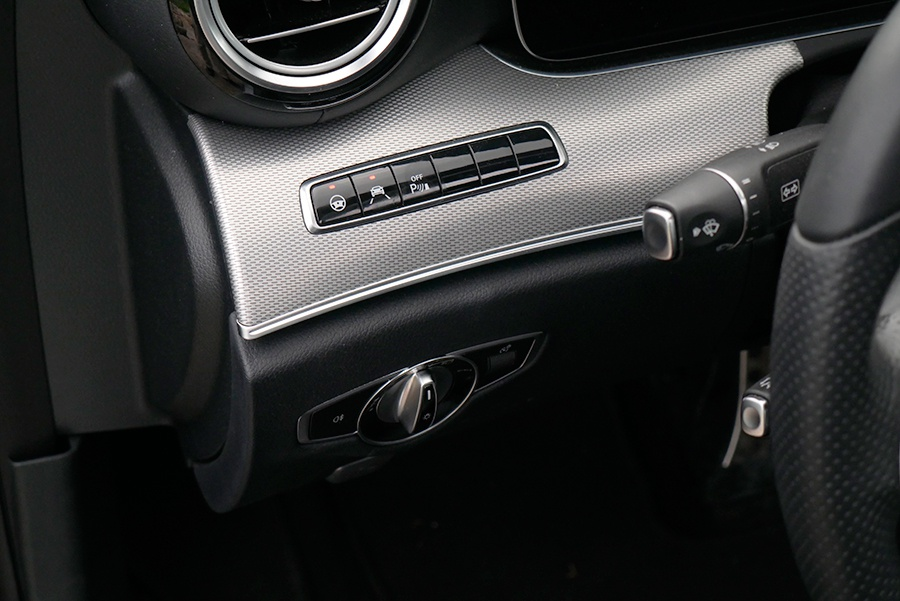 Estos mandos activan los asistentes de conducción.